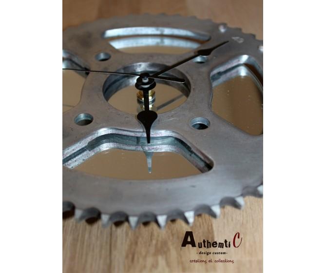 petit recyclage pour une utilisation pratique et déco  Horloge miroir moto